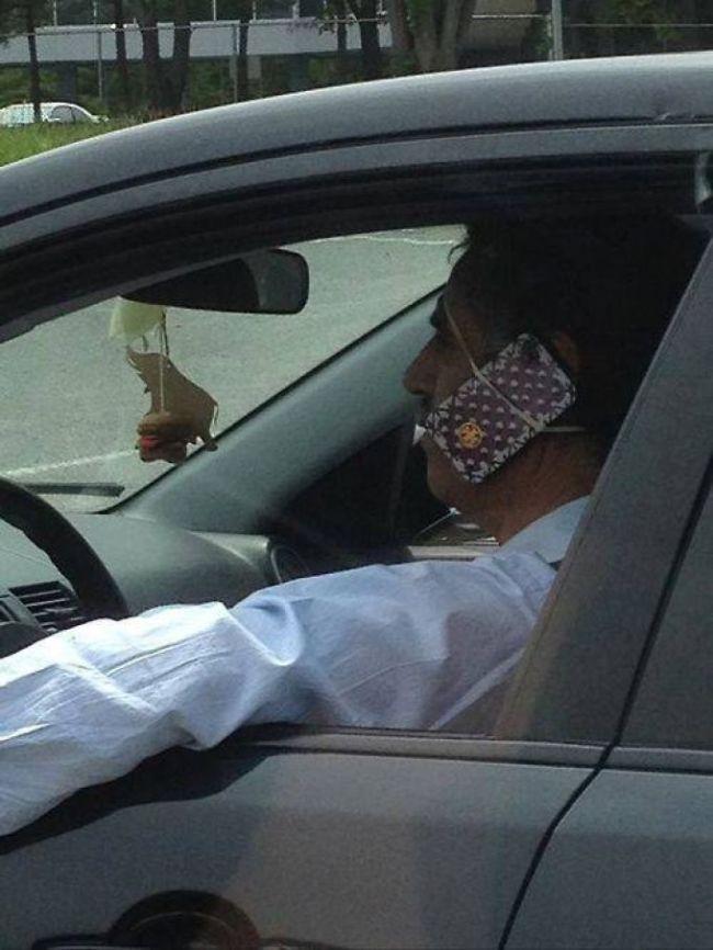 Conduciendo con un manos libres muy original